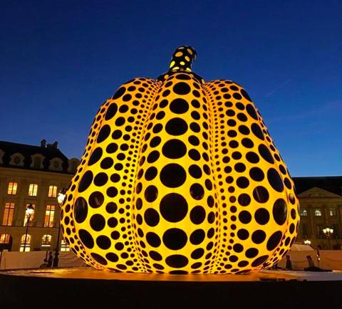 草間彌生のかぼちゃがパリヴァンドーム広場に!YAYOI KUSAMA pumpkin instaration at Place Vendome in Paris!